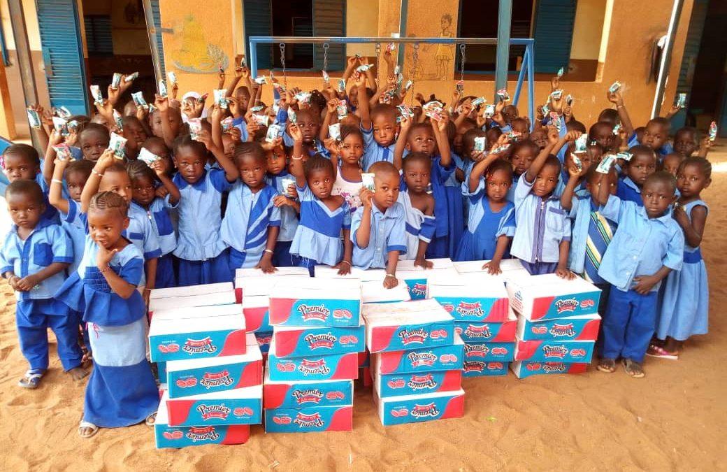 Remise de biscuits aux enfants de la région de Mopti
